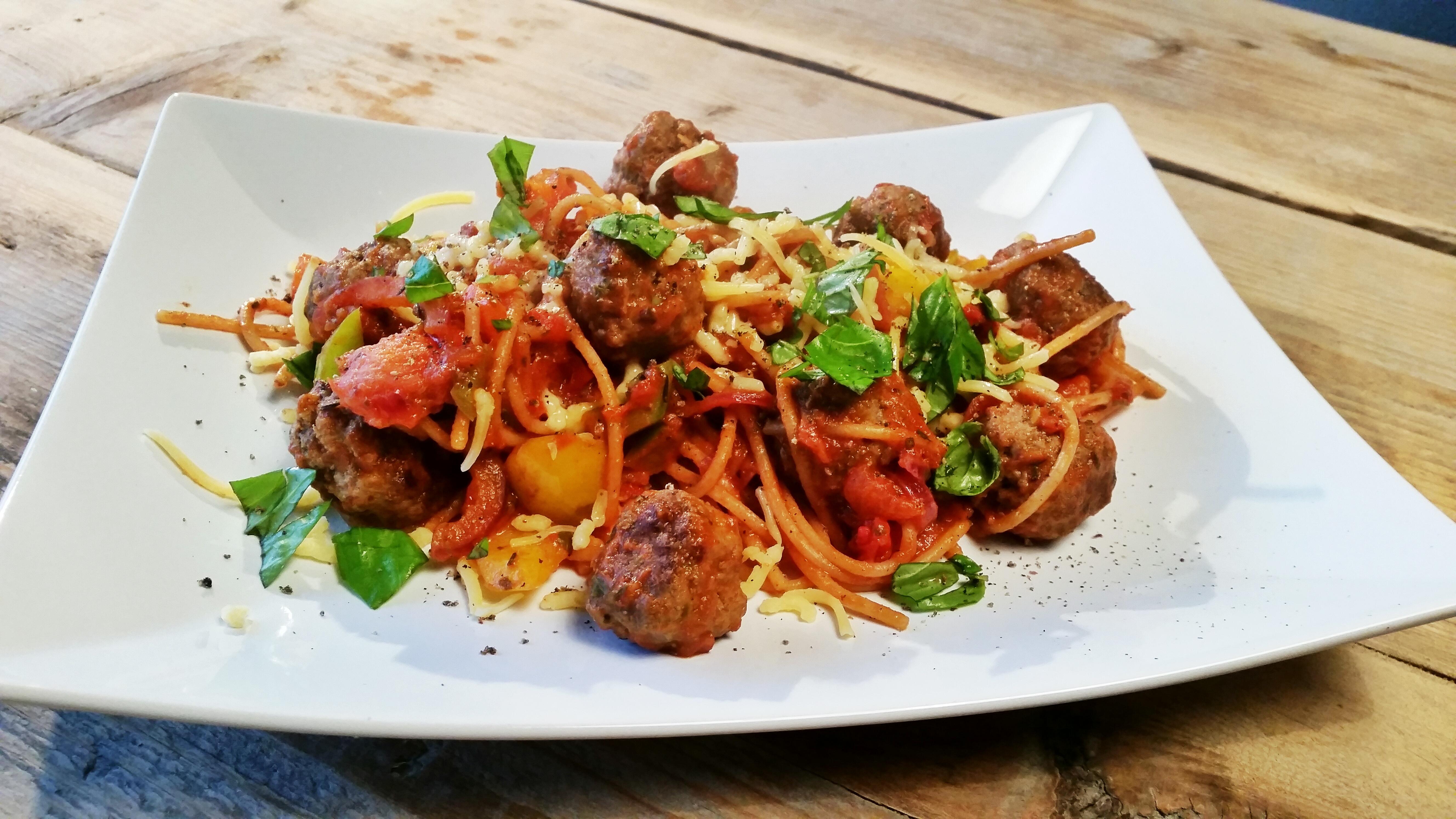 Spaghetti in tomatensaus met gehaktballetjes en basilicum ...